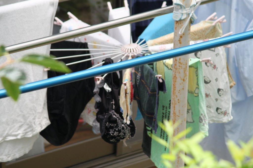 腋汗シミjk妹のブラジャー下着をベランダで盗撮エロ画像11枚目