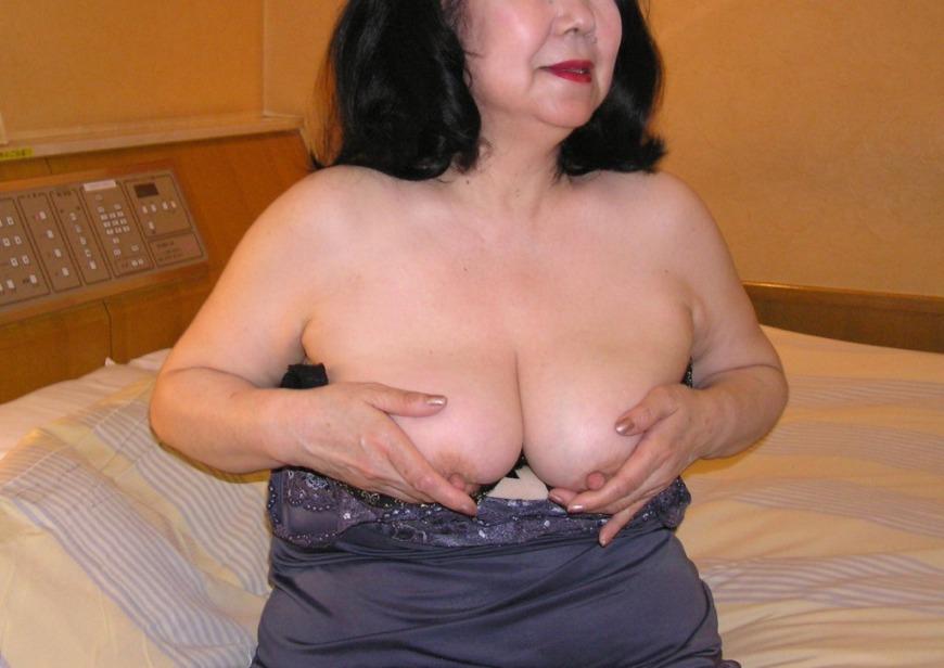 下着姿でオナニーアクメするデブ熟女の不倫エロ画像14枚目