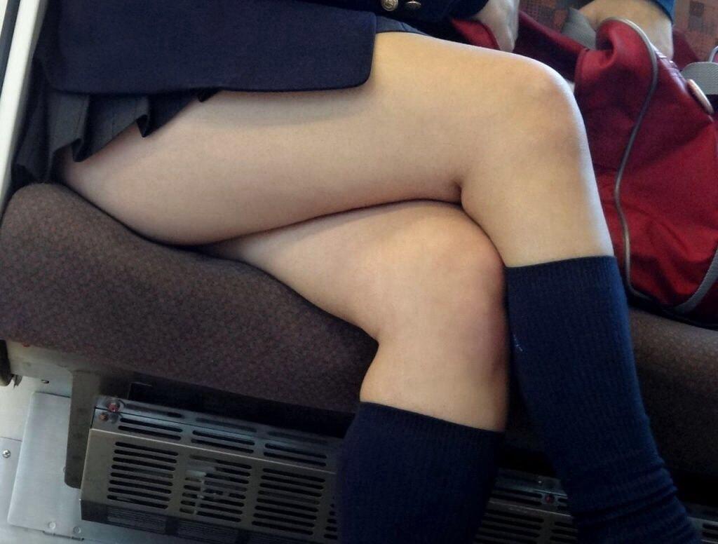 電車内や街角で盗撮された美脚がエロいjkのエロ画像1枚目