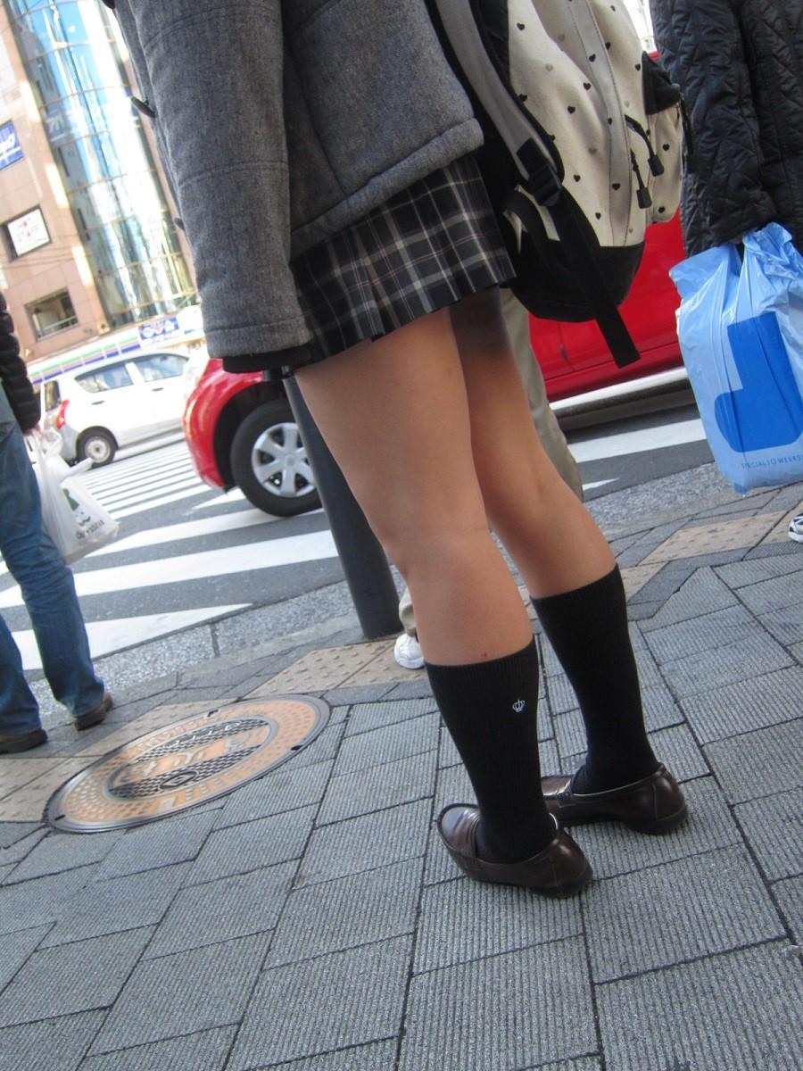 電車内や街角で盗撮された美脚がエロいjkのエロ画像2枚目