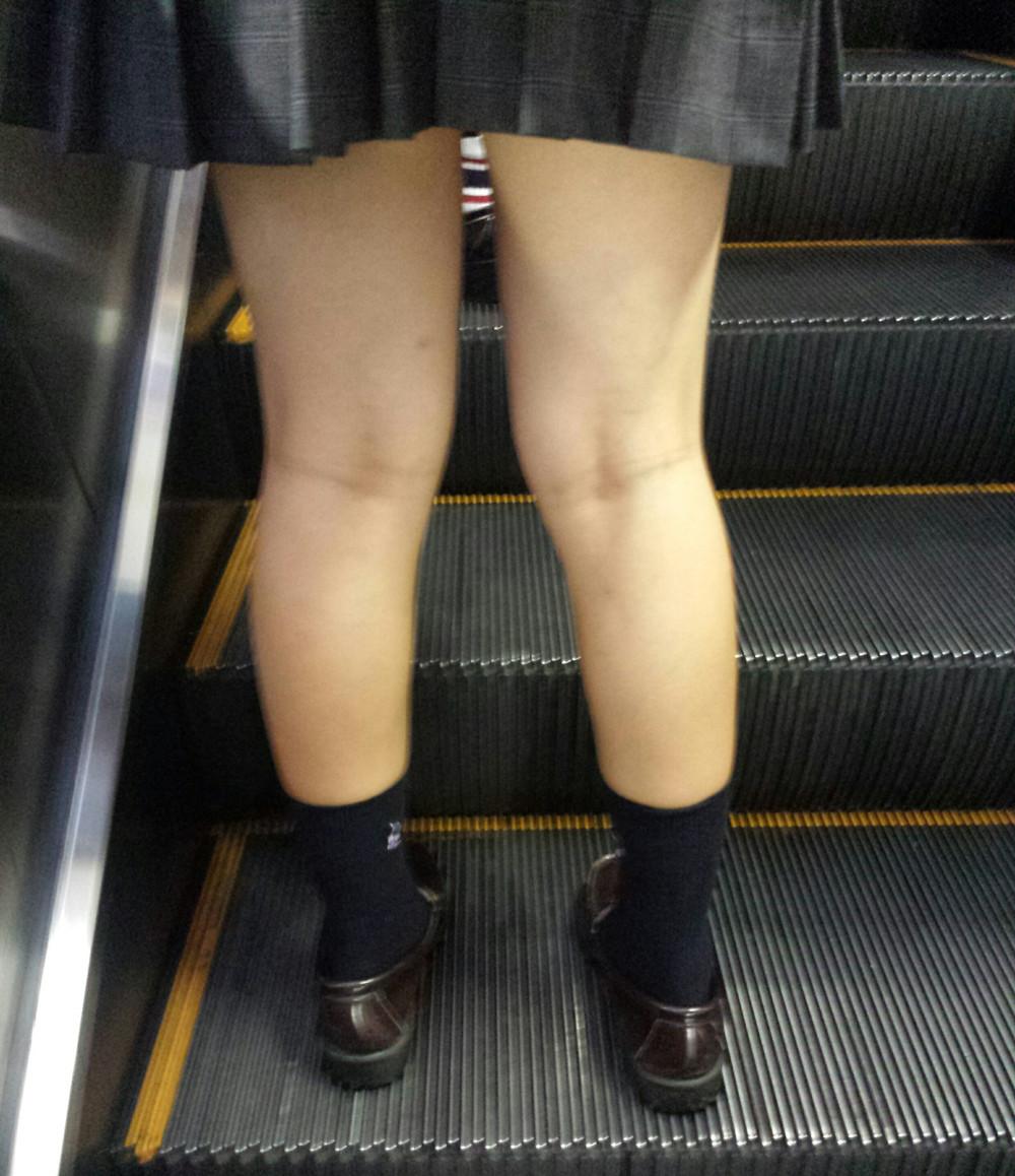 電車内や街角で盗撮された美脚がエロいjkのエロ画像10枚目