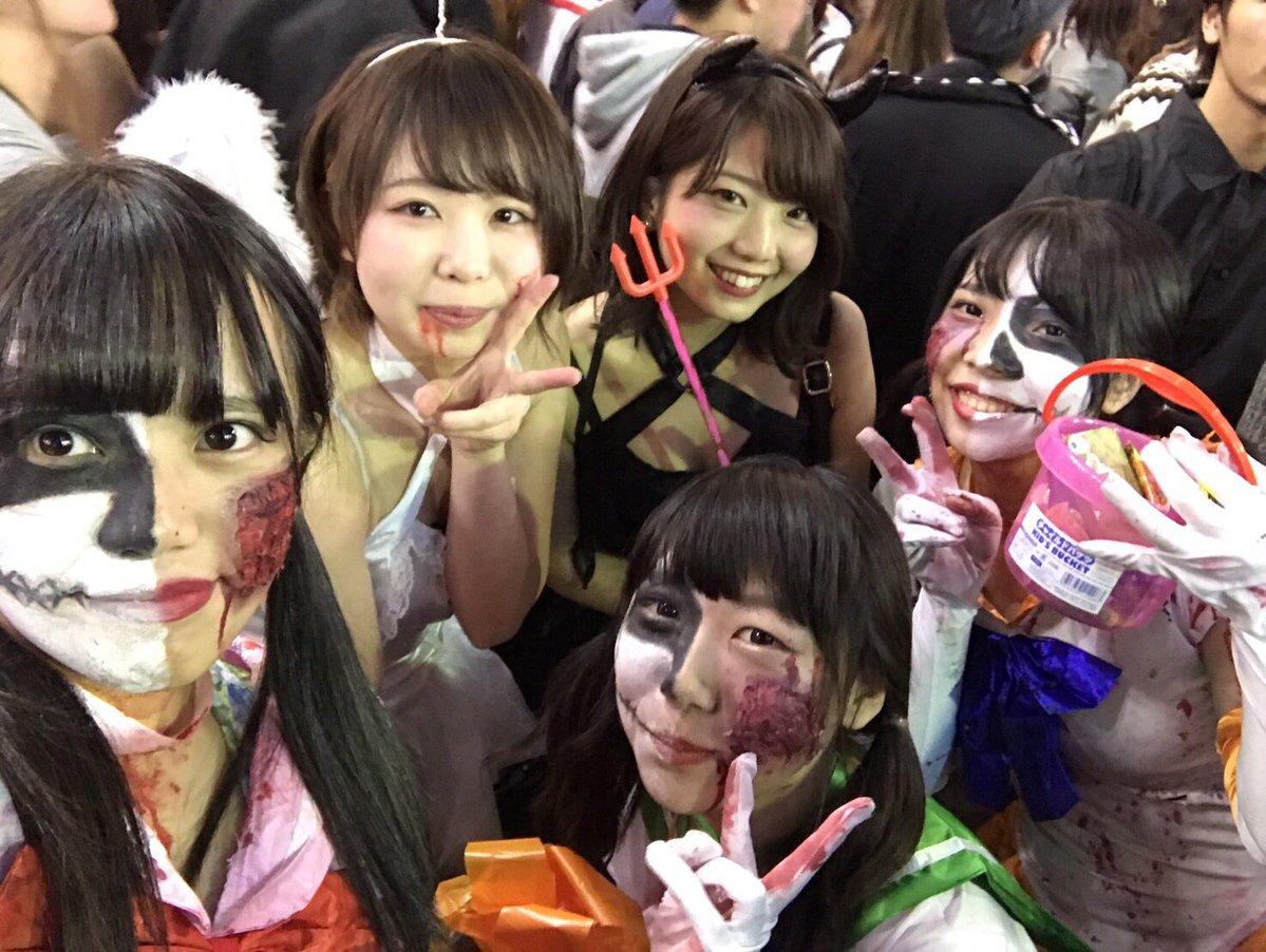 渋谷で自撮りするオフパコハロウィンjk胸チラエロ画像5枚目
