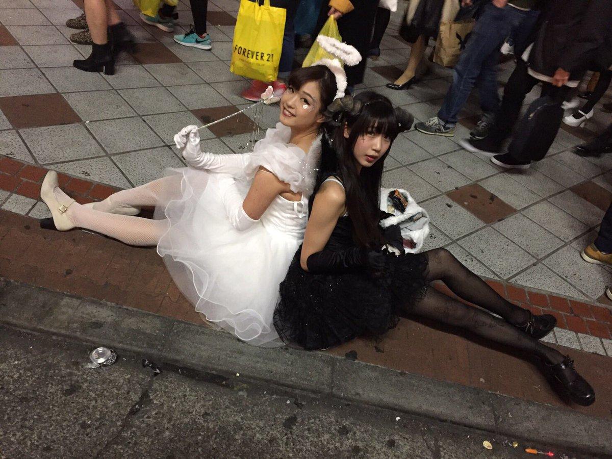 渋谷で自撮りするオフパコハロウィンjk胸チラエロ画像7枚目