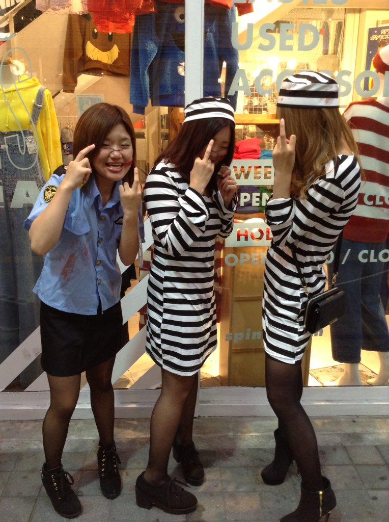 渋谷で自撮りするオフパコハロウィンjk胸チラエロ画像10枚目