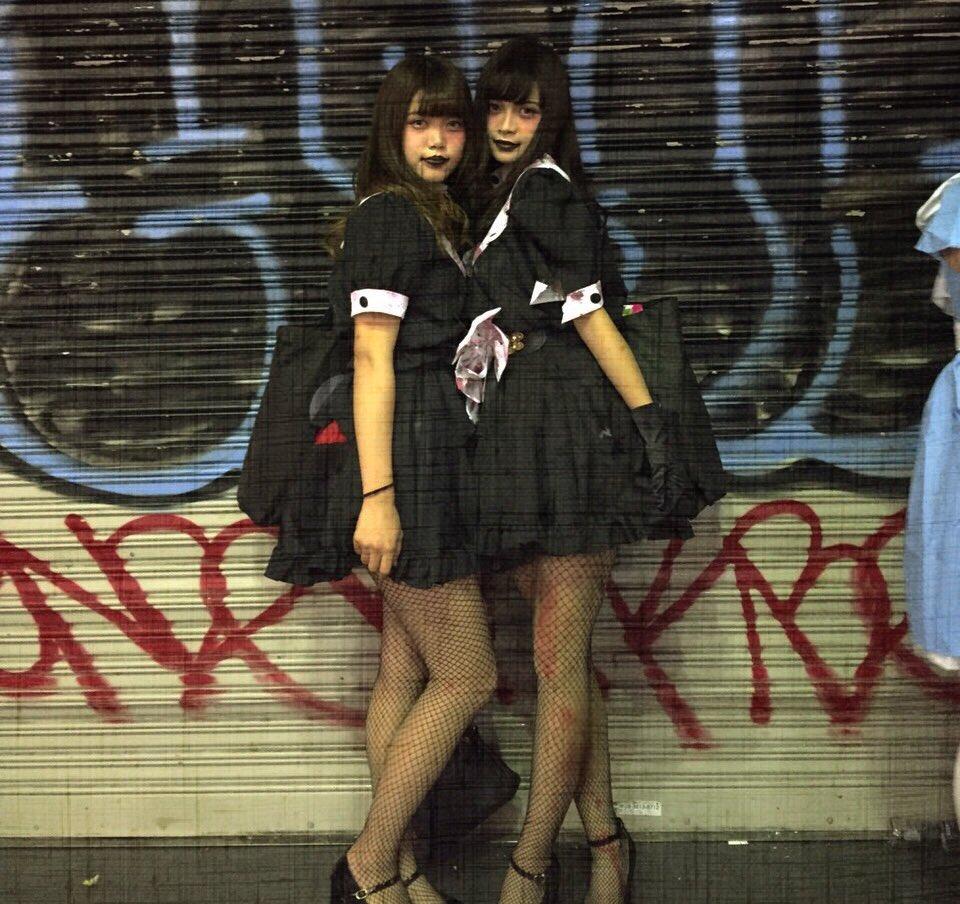 胸チラさせる渋谷のハロウィンjkエロコス露出エロ画像2枚目