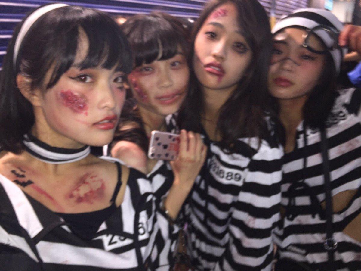 胸チラさせる渋谷のハロウィンjkエロコス露出エロ画像4枚目