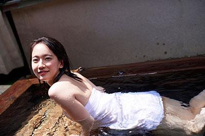 吉岡里帆の下着のようなの水着で巨乳おっぱいエロ画像2枚目