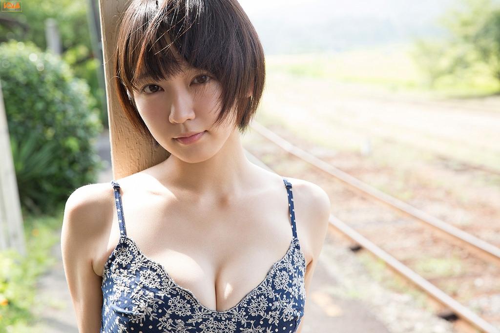 吉岡里帆の下着のようなの水着で巨乳おっぱいエロ画像16枚目
