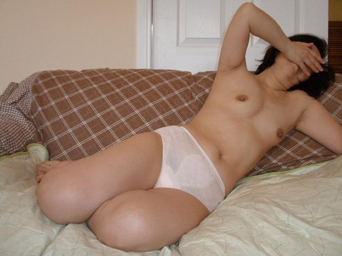 熟女下着姿の垂れた巨乳と剛毛マン毛不倫エロ画像4枚目