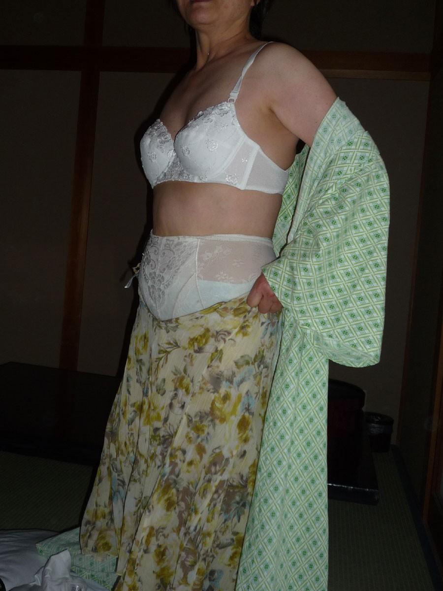 熟女下着姿の垂れた巨乳と剛毛マン毛不倫エロ画像6枚目