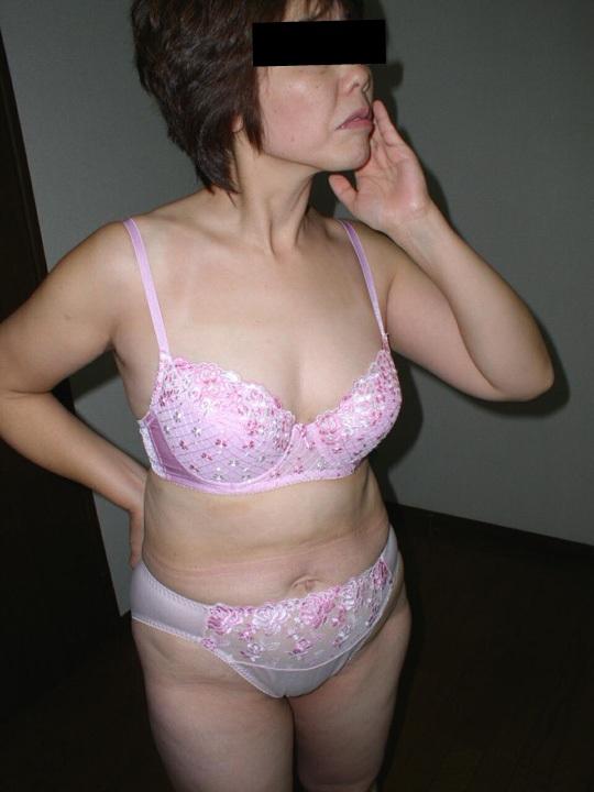 熟女下着姿の垂れた巨乳と剛毛マン毛不倫エロ画像8枚目