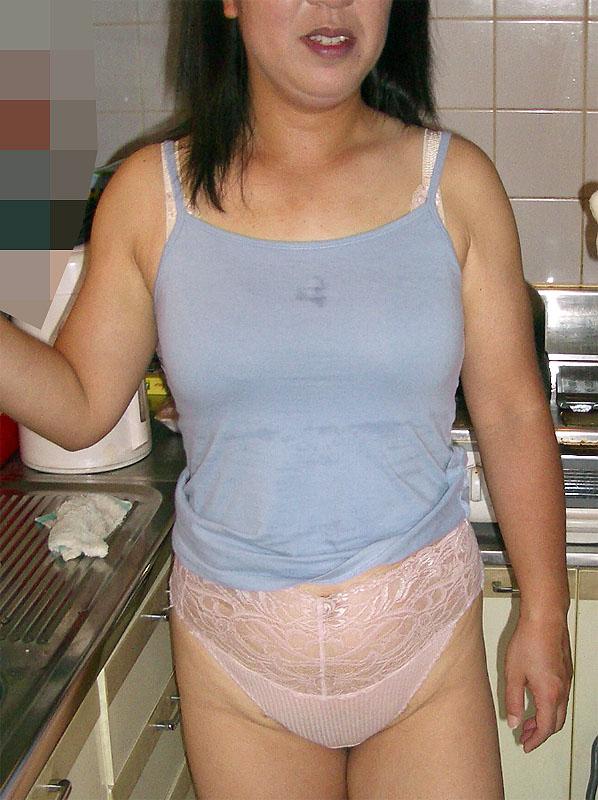 熟女下着姿の垂れた巨乳と剛毛マン毛不倫エロ画像10枚目