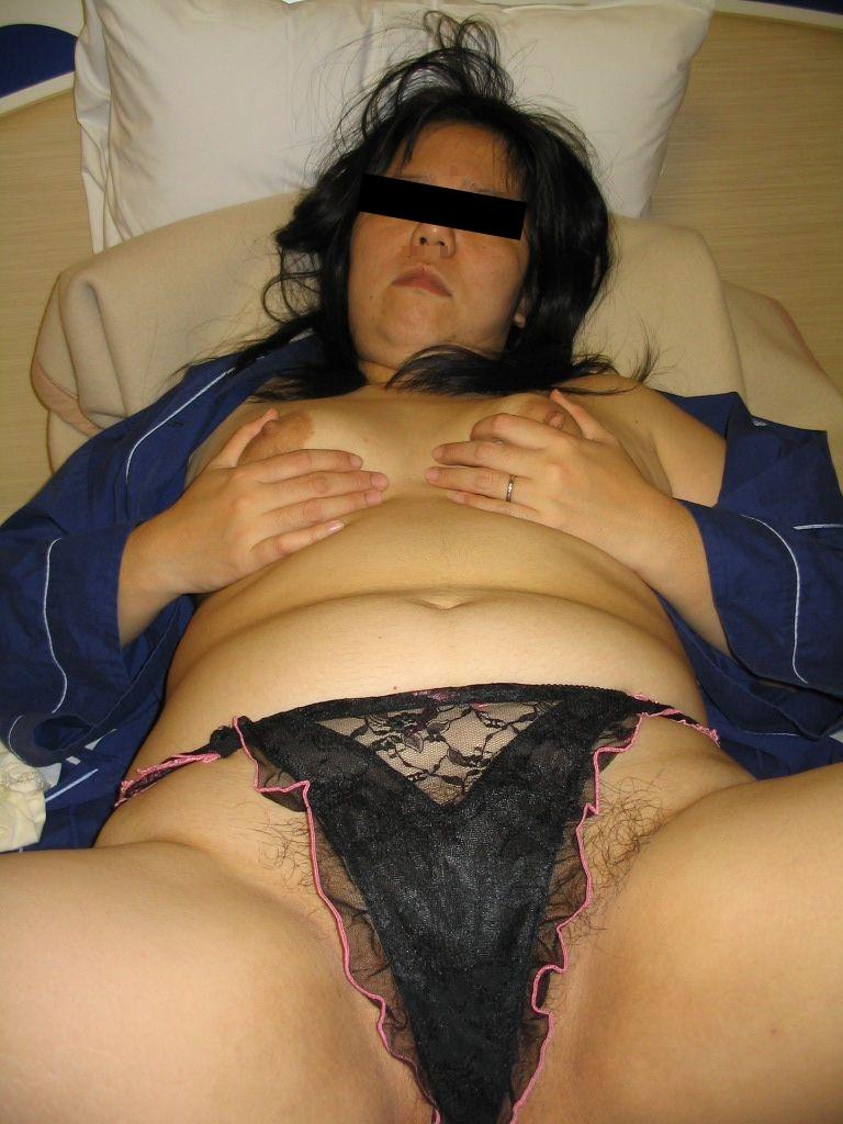 熟女下着姿の垂れた巨乳と剛毛マン毛不倫エロ画像12枚目