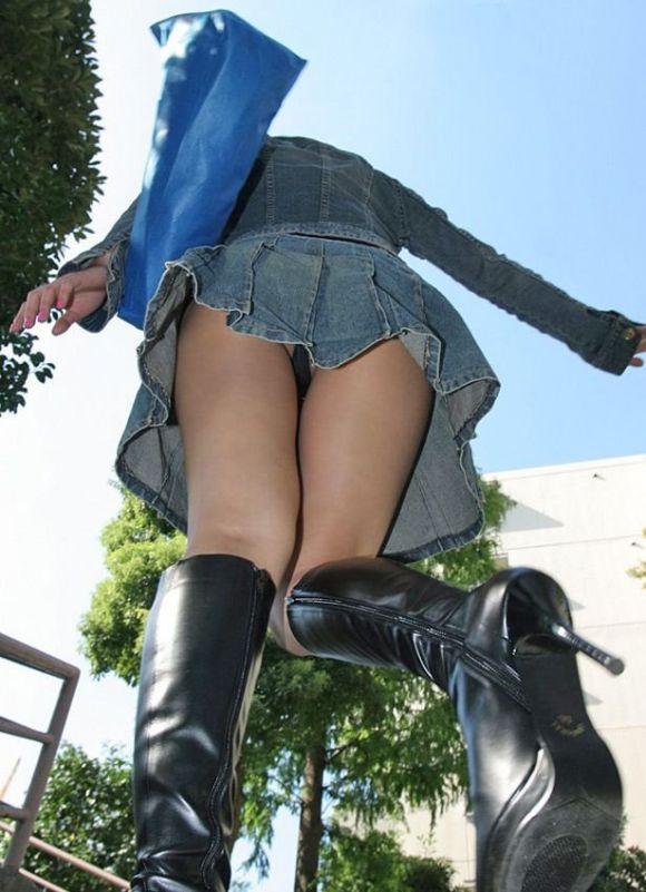 jkのミニスカパンチラローアングル街撮り盗撮エロ画像4枚目