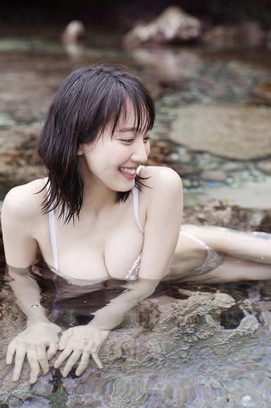 吉岡里帆の透けまんすじと乳首や乳輪ポロリ流出画像7枚目