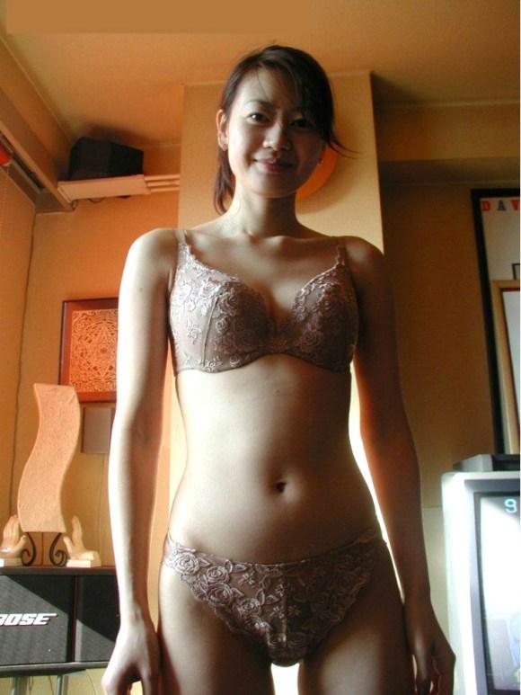 下着姿で撮影された不倫に夢中な人妻のエロ画像1枚目