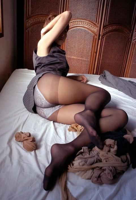 淫乱な熟女や人妻のパンスト越しの下着エロ画像11枚目