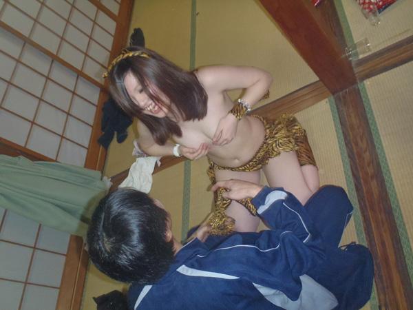 売られたピンクコンパニオンの温泉街宴会エロ画像14枚目