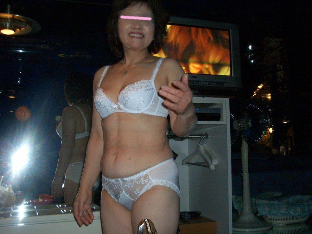 素人の老婆と呼べそうな人妻や熟女の下着エロ画像11枚目