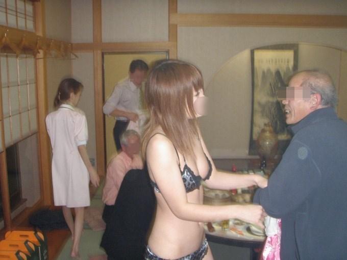 忘年会で集団レイプされる人妻ピンクコンパニオン画像2枚目