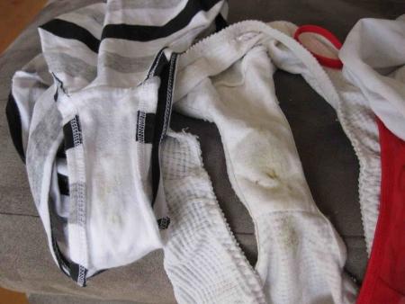 洗濯前のJC妹シミ付きクロッチ下着盗撮エロ画像5枚目