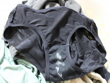 洗濯前のJC妹シミ付きクロッチ下着盗撮エロ画像16枚目