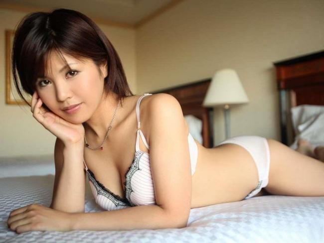 ムチムチ豊満デブ熟女の巨尻な下着姿がエロい画像2枚目