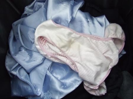 洗濯前のJC妹やJD姉に母親の下着盗撮エロ画像7枚目