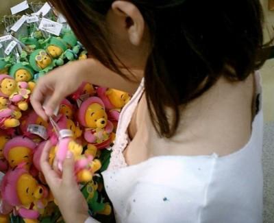 女子大生の胸チラ浮きブラを上アングル盗撮エロ画像