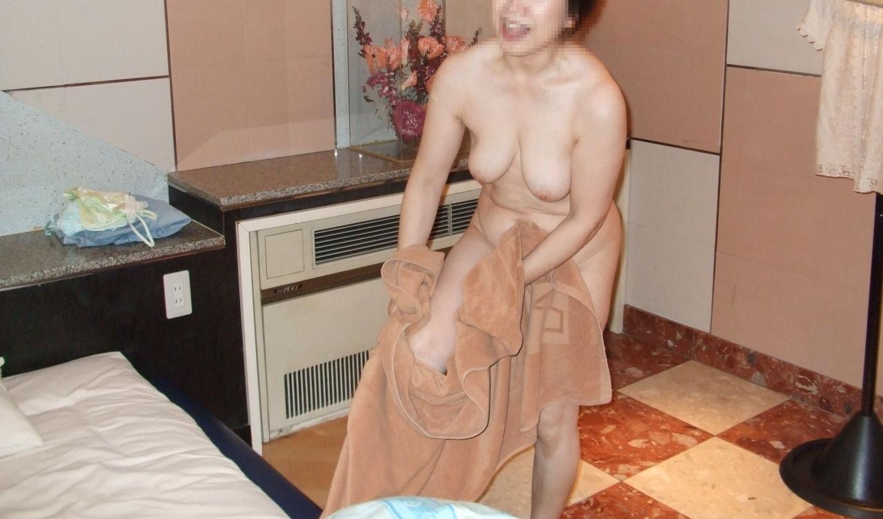 素人巨乳人妻の色っぽい泥酔不倫現場のエロ画像2枚目
