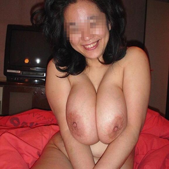 素人巨乳人妻の色っぽい泥酔不倫現場のエロ画像12枚目