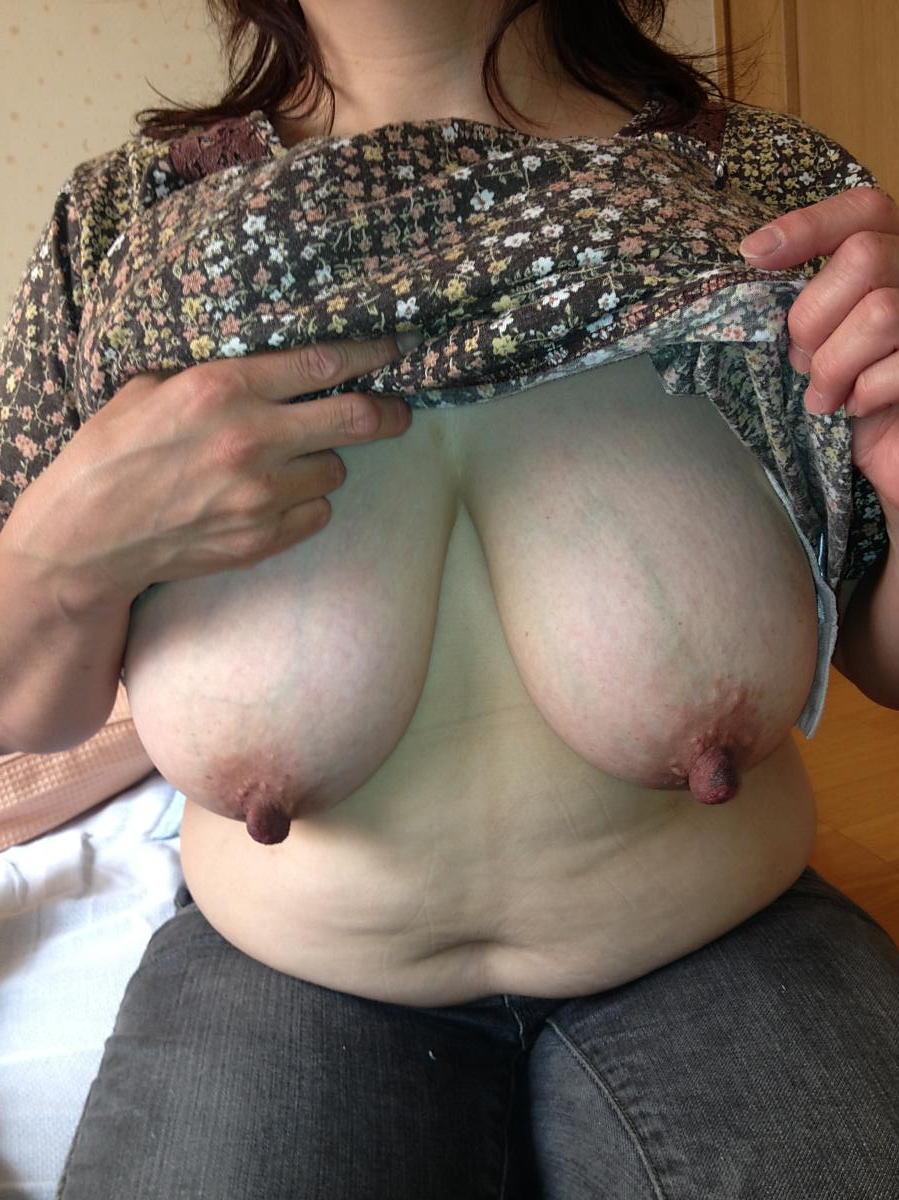 豊満熟女のロケット垂れ乳が巨乳すぎるエロ画像1枚目