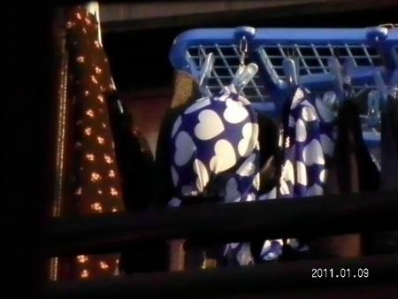 女子寮で盗撮された女子大生のベランダの下着エロ画像9枚目