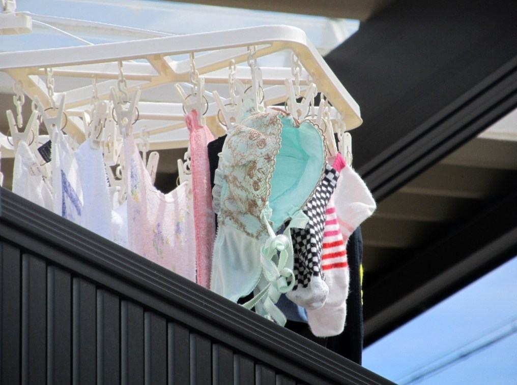 女子寮で盗撮された女子大生のベランダの下着エロ画像14枚目