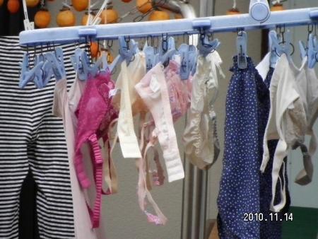 女子寮で盗撮された女子大生のベランダの下着エロ画像16枚目
