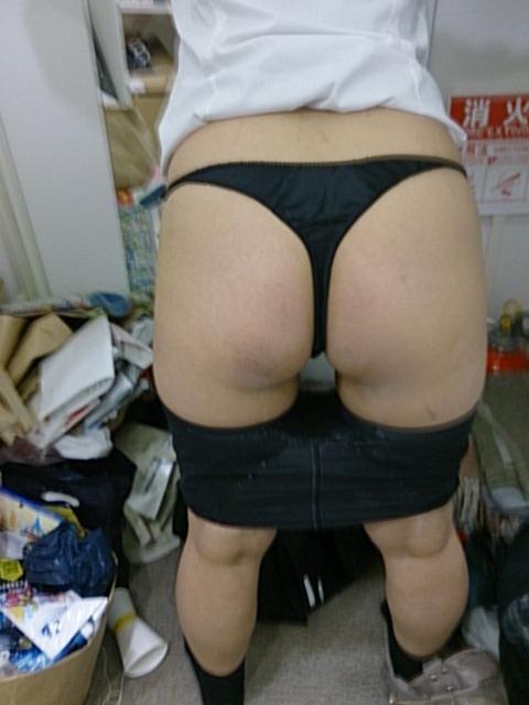 巨尻熟女の四つん這いTバック下着姿のエロ画像6枚目