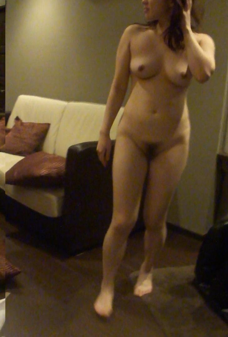 不倫人妻の乳首とロケット巨乳が淫らなエロ画像2枚目