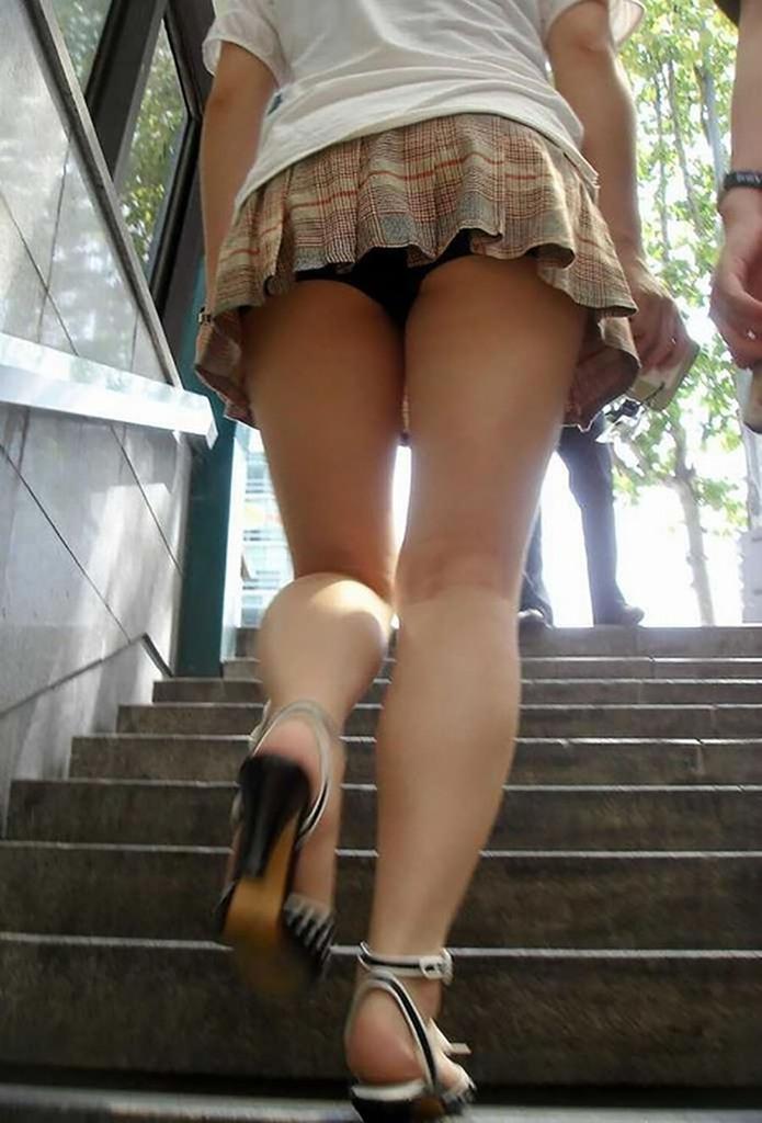 女子大生の超ミニスカ下着の階段下盗撮エロ画像8枚目