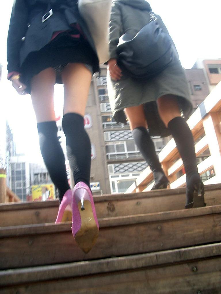 女子大生の超ミニスカ下着の階段下盗撮エロ画像9枚目