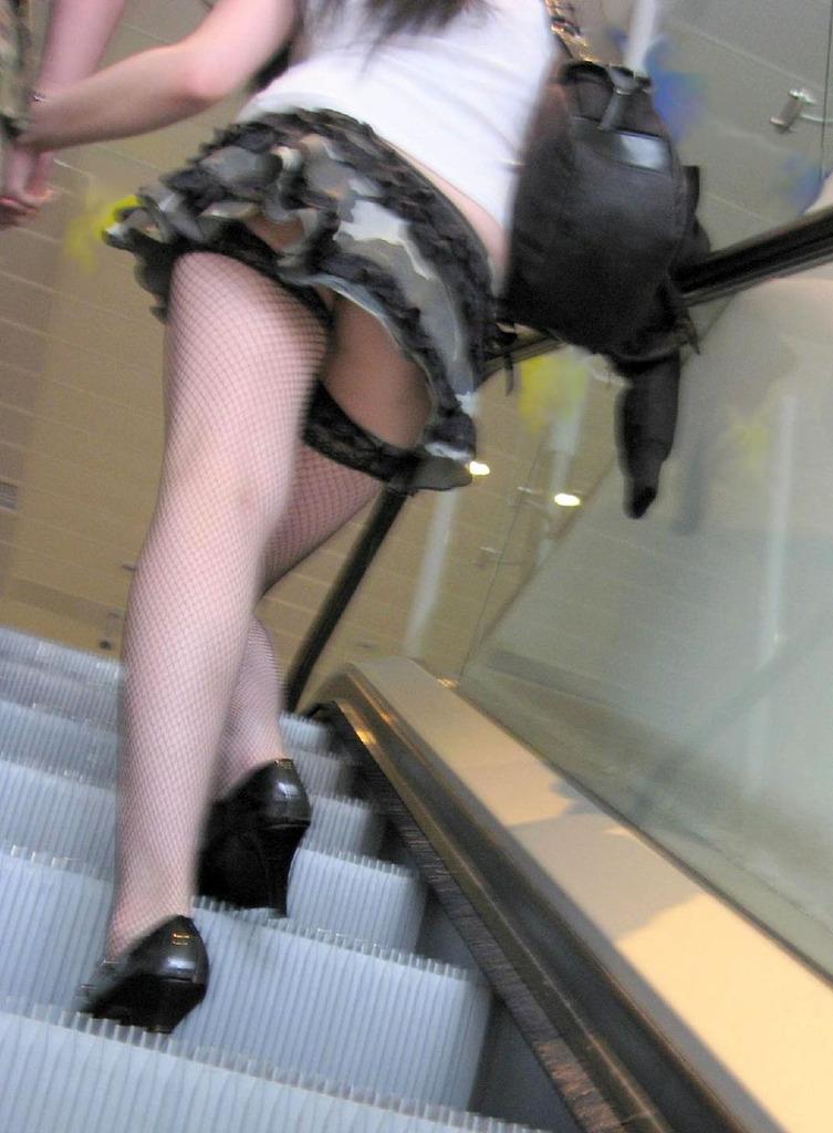 女子大生の超ミニスカ下着の階段下盗撮エロ画像16枚目