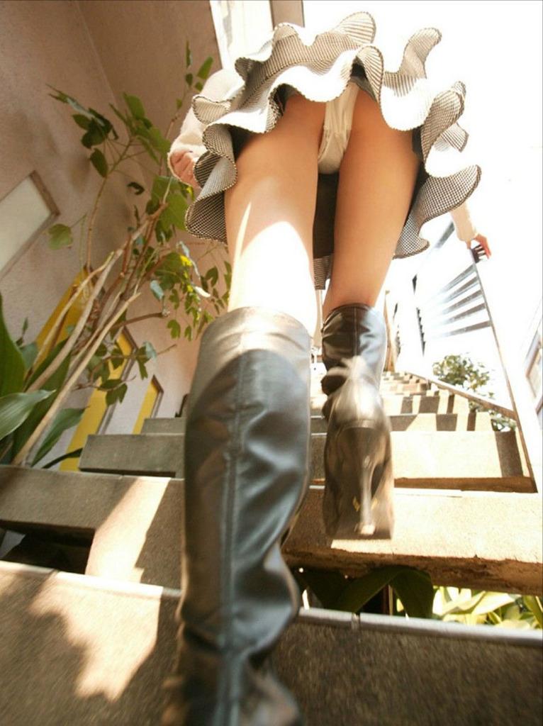 靴カメ接写逆さ撮り素人女子大生パンチラ盗撮エロ画像2枚目
