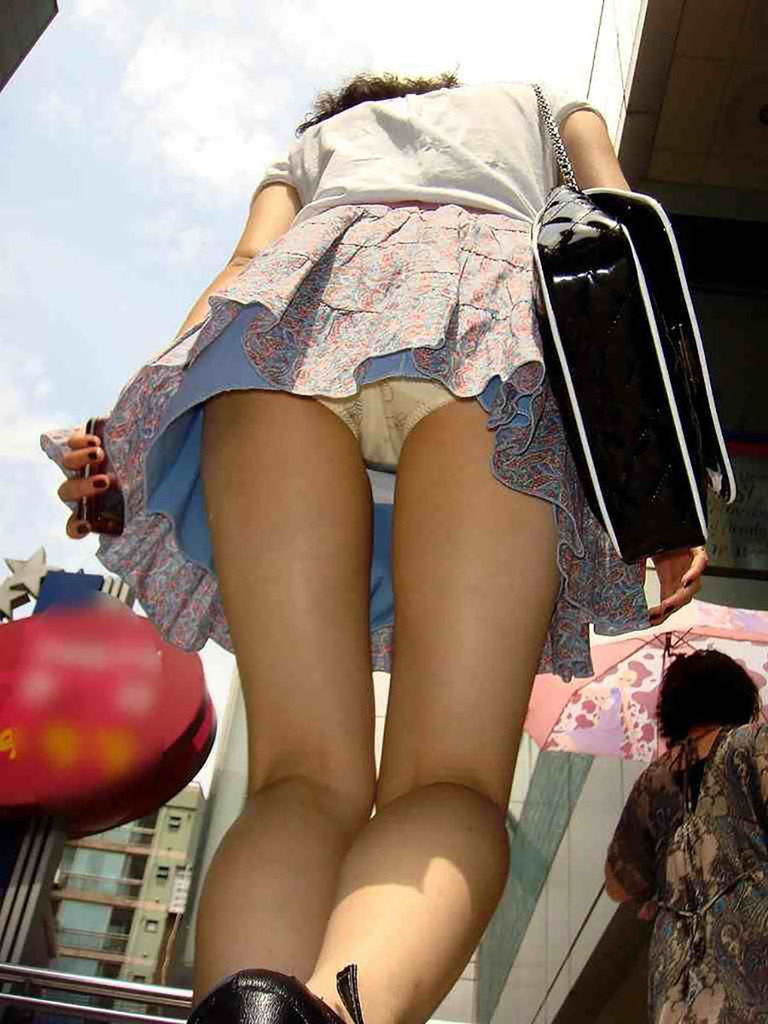 靴カメ接写逆さ撮り素人女子大生パンチラ盗撮エロ画像3枚目