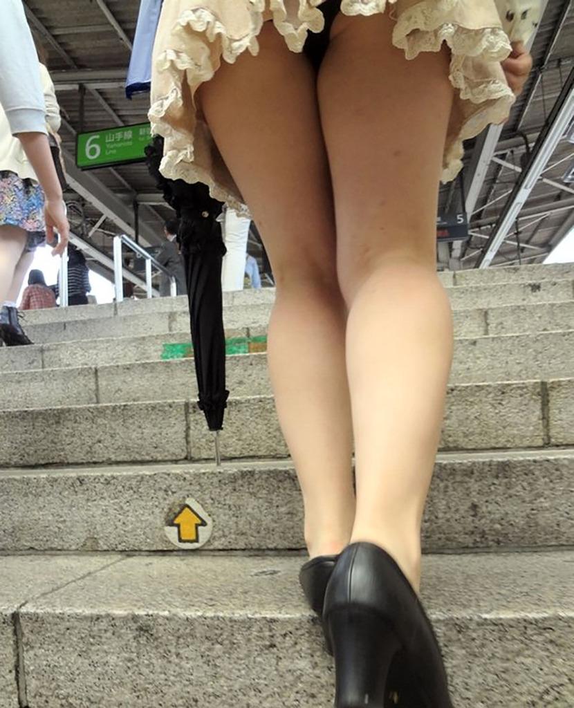靴カメ接写逆さ撮り素人女子大生パンチラ盗撮エロ画像5枚目