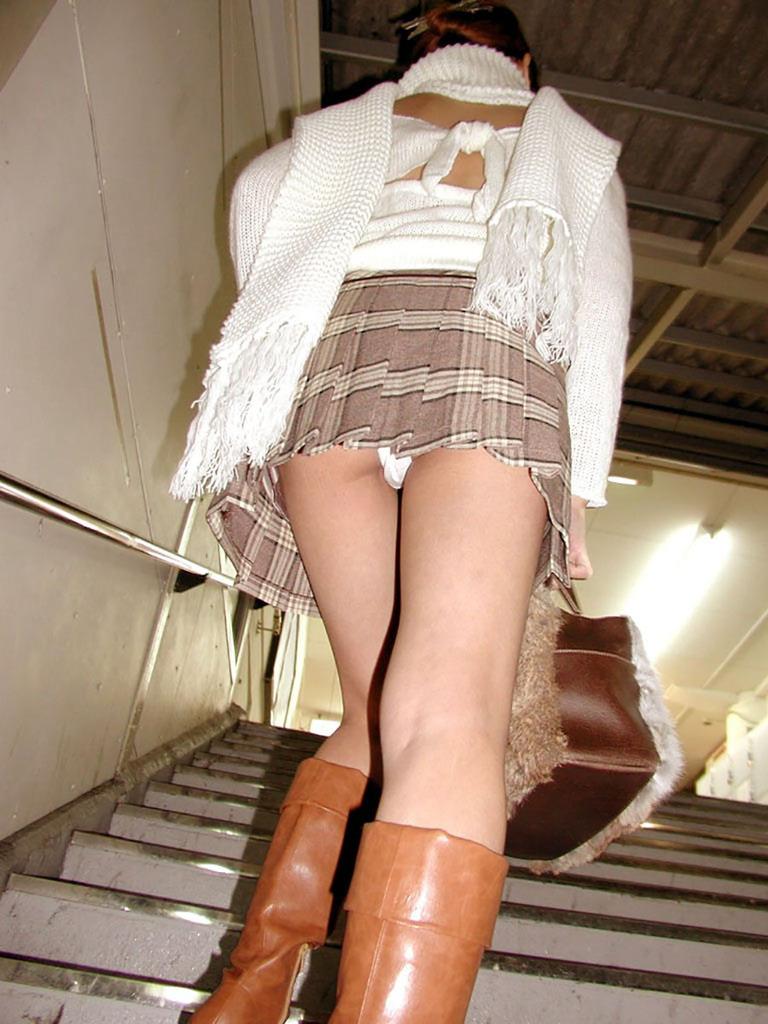 靴カメ接写逆さ撮り素人女子大生パンチラ盗撮エロ画像6枚目