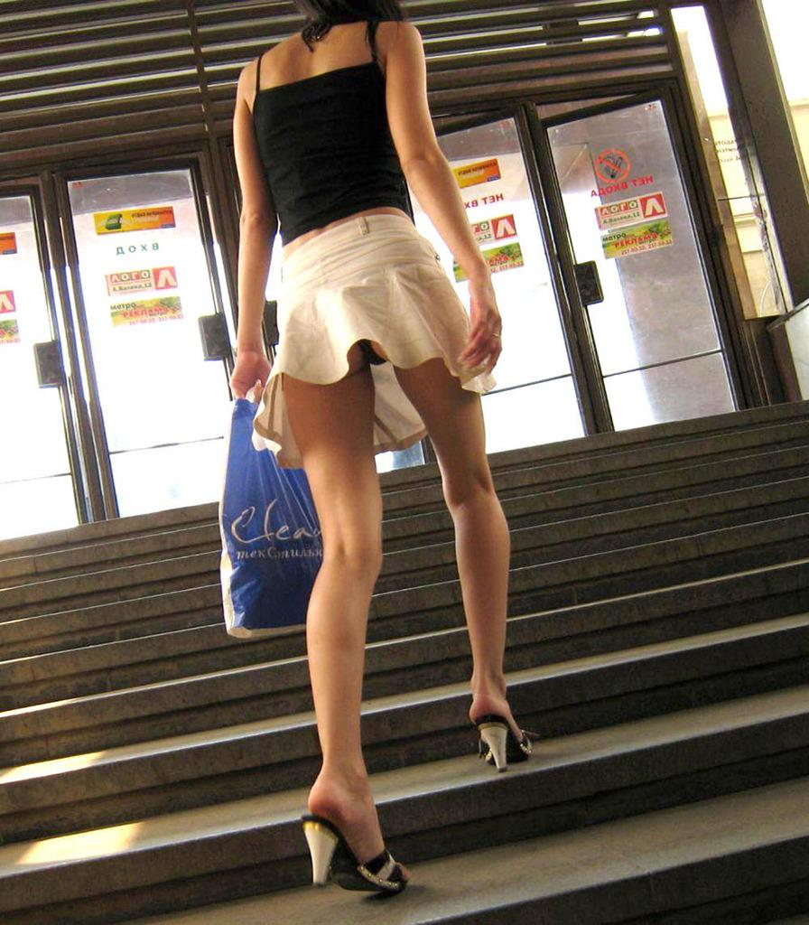 靴カメ接写逆さ撮り素人女子大生パンチラ盗撮エロ画像11枚目