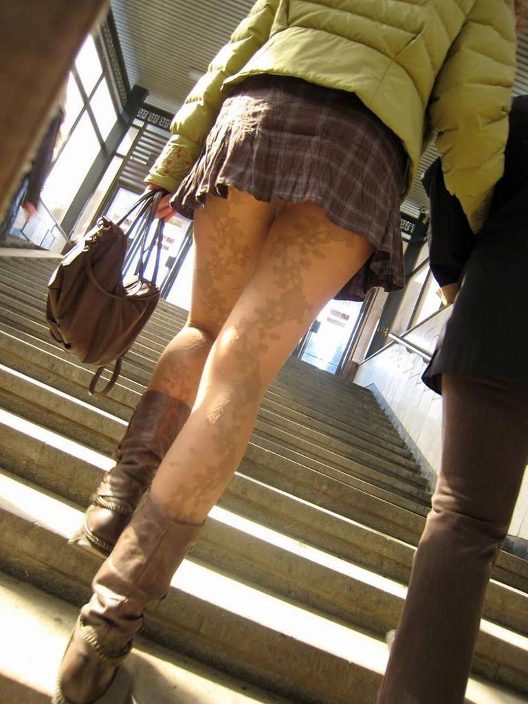 靴カメ接写逆さ撮り素人女子大生パンチラ盗撮エロ画像12枚目