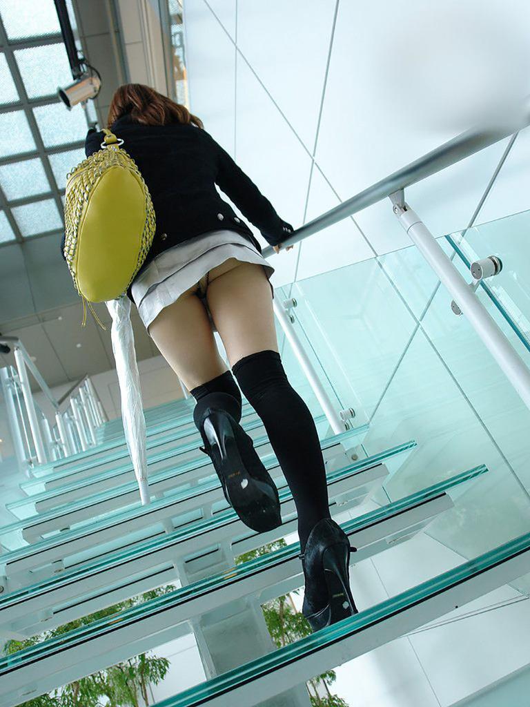 靴カメ接写逆さ撮り素人女子大生パンチラ盗撮エロ画像13枚目