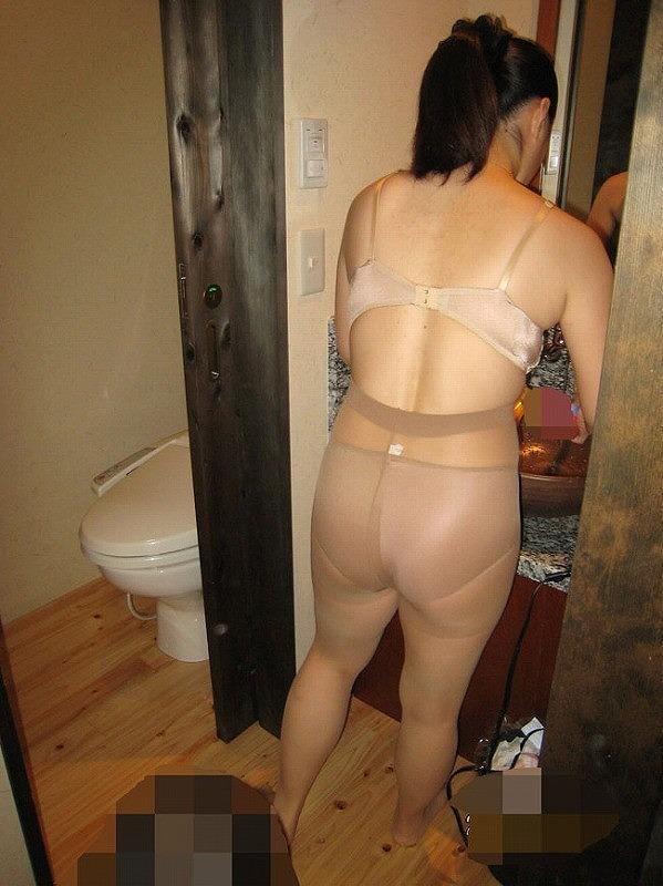 露出調教を悦ぶ熟女のパンストM字開脚のエロ画像7枚目
