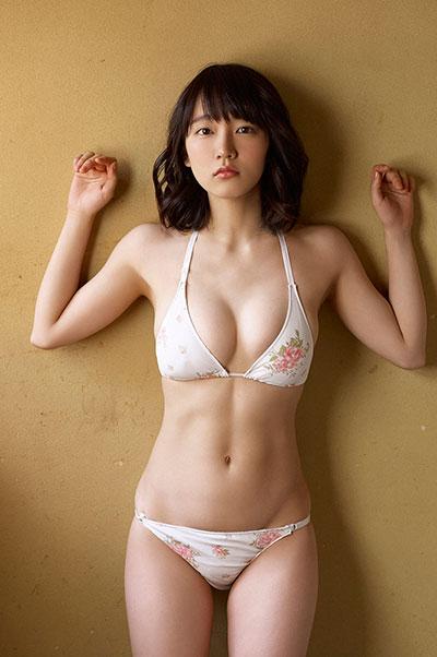 マンスジと乳首が透けてる吉岡里帆のエログラビア画像5枚目