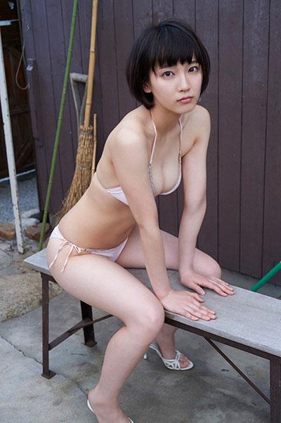 マンスジと乳首が透けてる吉岡里帆のエログラビア画像9枚目